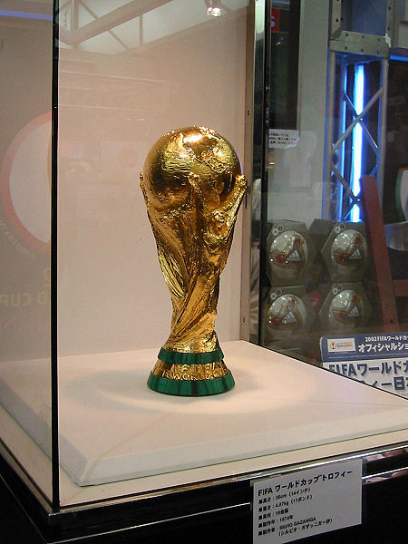 450px-FIFA_World_Cup_Trophy_2002_0103.jpg
